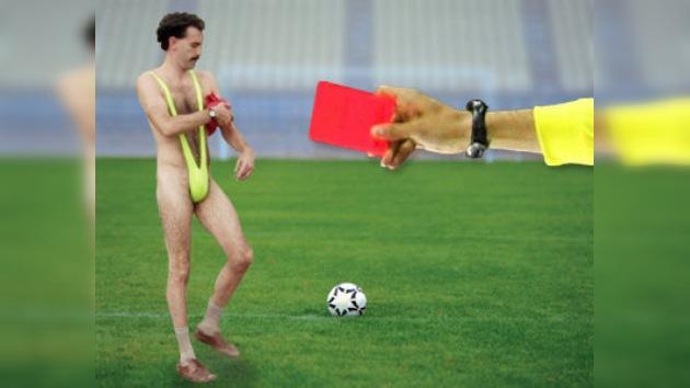 Un futbolista inglés recibe una tarjeta roja por intentar detener a ´Borat´