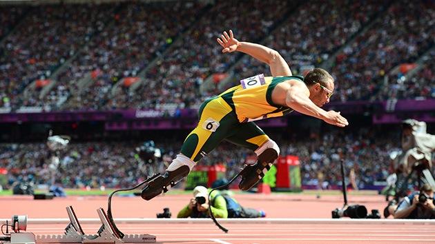Atleta con pies de plomo: un sudafricano con prótesis pasa la primera ronda de los 400