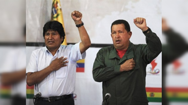 Hugo Chávez le muestra la casa de su niñez a Evo Morales