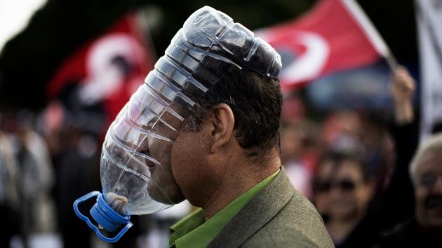 Turquía: La Policía dispersa a los manifestantes con gas lacrimógeno y cañones de agua