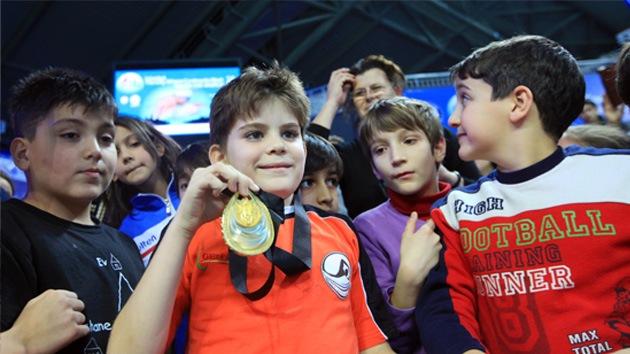 Nadador le regala su medalla de oro a un niño para no perderla entre sus calcetines