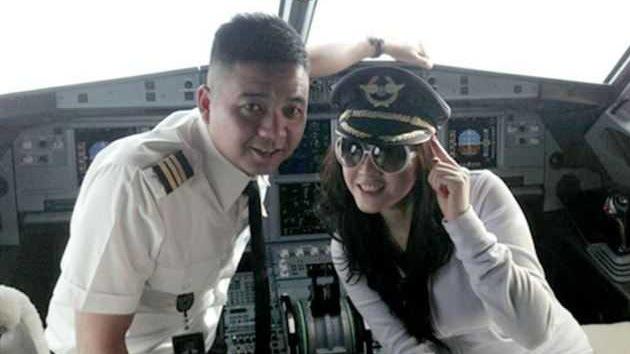 El capitán de un avión echa al copiloto de la cabina para fotografiarse con una modelo