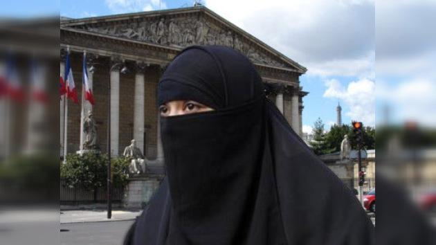 El Parlamento francés aprueba una resolución contra el burka y el niqab