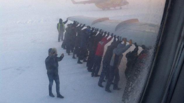 Sorprendente video: Siberianos empujan un avión como si fuera un coche