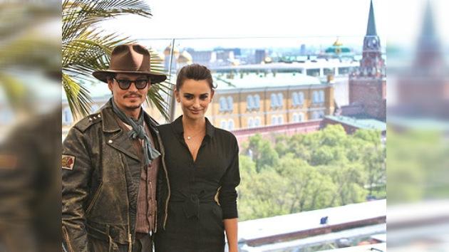 """Johnny Depp y Penélope Cruz presentan en Moscú """"Piratas del Caribe 4"""""""
