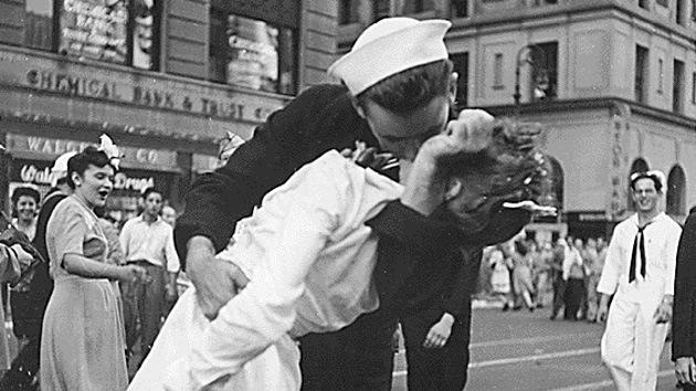 Muere el 'marinero besando' de la foto icónica de la Segunda Guerra Mundial