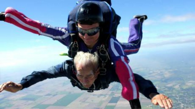 El anciano de 92 años que quiere ir al cielo... en paracaídas