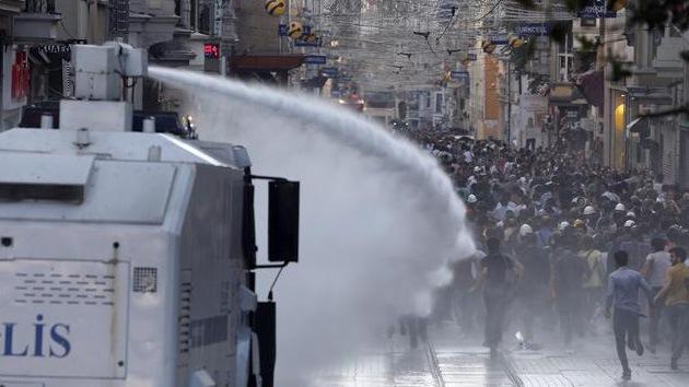 Policía dispersa con gas pimienta y cañones de agua a los manifestantes en Estambul