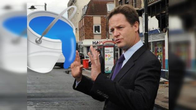 Atacan con pintura azul al viceprimer ministro británico