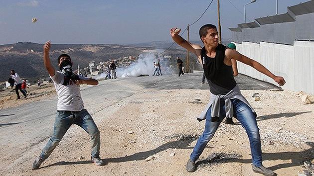 VIDEO: Soldados israelíes protegen a los colonos que atacan a aldeanos palestinos