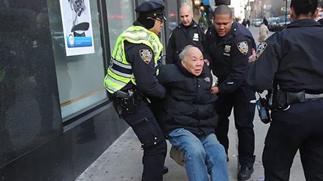 FUERTE VIDEO: Cuatro policías de EE.UU. golpean sin motivo