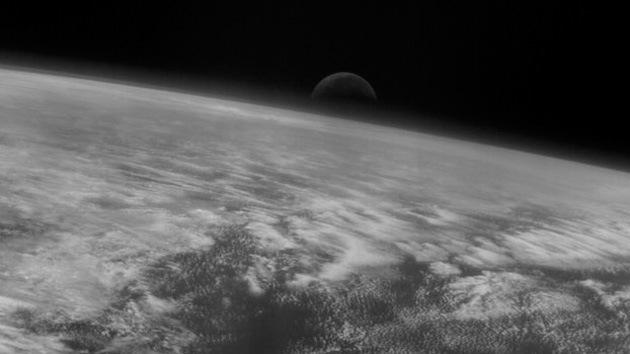El despuntar de la Luna sobre la Tierra, captado por la sonda espacial Rosetta