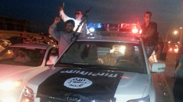 Hijo de 7 años de un yihadista australiano posa en Siria con una cabeza humana