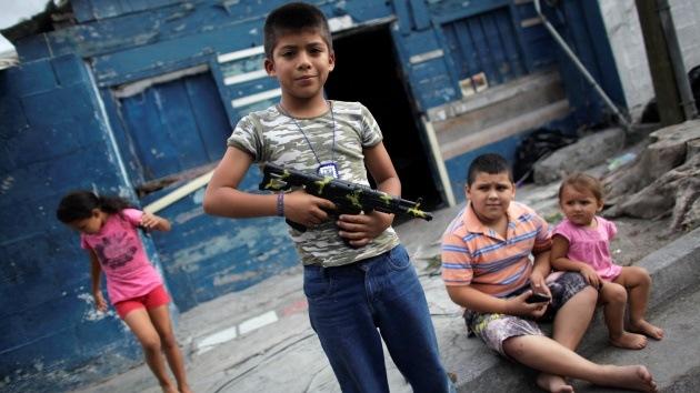 Guerra contra el crimen apunta a los niños en México: intercambian navajas por juguetes