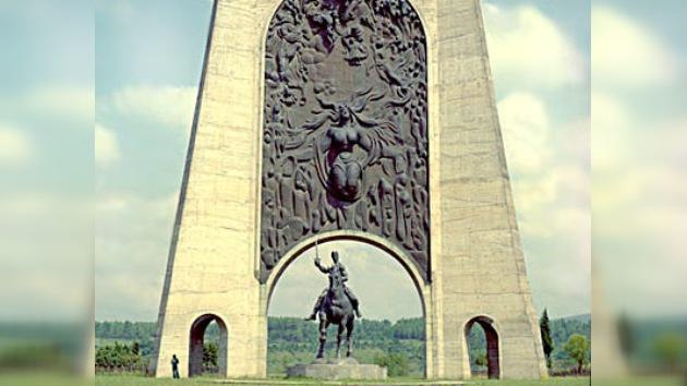 Putin coloca la primera piedra del monumento demolido en Georgia