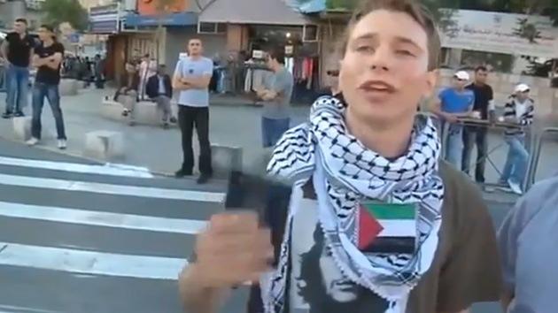 Video: Un joven judío declara su apoyo a Palestina y es golpeado por la Policía