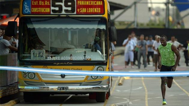 Vídeo: El hombre más rápido, Usain Bolt, desafía a un autobús en Buenos Aires