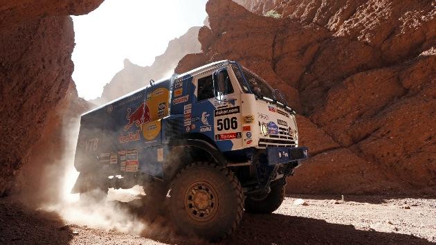 El equipo de camiones ruso Kamaz gana la etapa 8 en el Rally Dakar