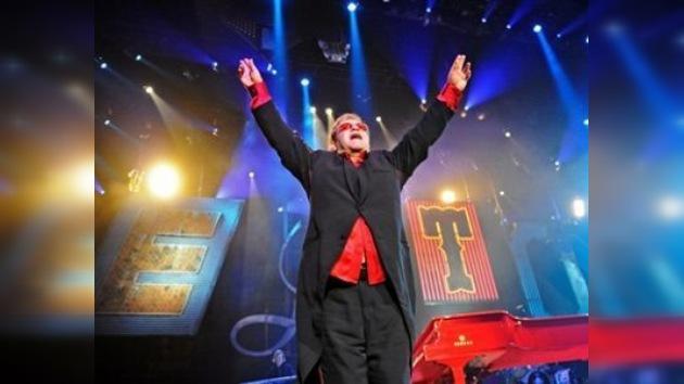 La madre de Elton John pone a la venta la ropa y los discos de su hijo