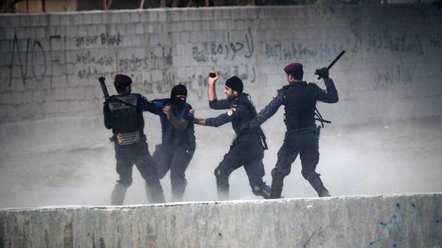 """Miles de bareiníes piden el fin de la monarquía al grito de """"abajo con Hamad"""""""