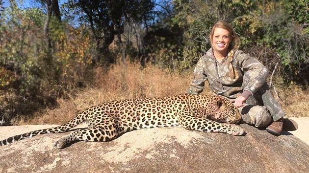 Fotos, Video: Una joven cazadora horroriza a los internautas con imágenes de sus 'trofeos'