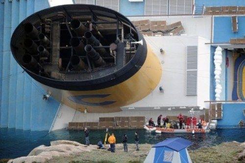 El gigantesco crucero 'Costa Concordia' encalla en Italia