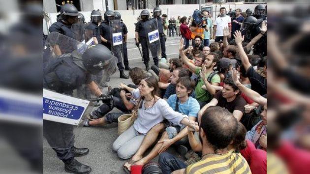 La carga policial deja varios heridos en el desalojo de los 'indignados' de Barcelona