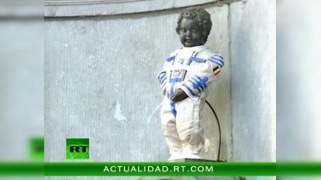 El símbolo de Bruselas se viste con un traje espacial ruso