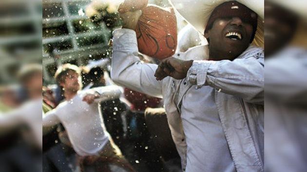 Miles de personas liberaron estrés el sábado con la Guerra Internacional de Almohadas
