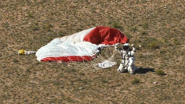 'Intrépido Félix' rompe la barrera del sonido y aterriza tras un salto en paracaídas de 39 km