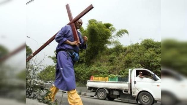 Un venezolano recorre 500 km cargando una cruz por la salud de Chávez