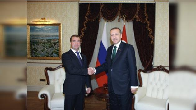 Medvédev llama a la diplomacia en el asunto iraní