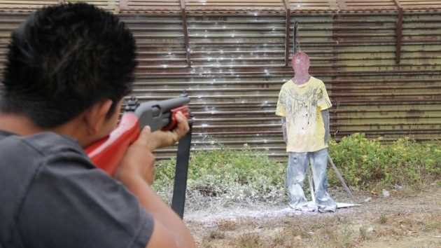 Acusan a guardias de EE.UU. de enseñar a disparar a niños contra migrantes irregulares