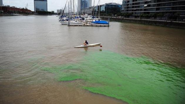 Extrañas manchas fluorescentes tiñen las aguas de un puerto argentino