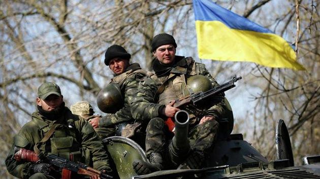 Un vehículo de combate del Ejército ucraniano abre fuego contra las autodefensas en Kramatorsk