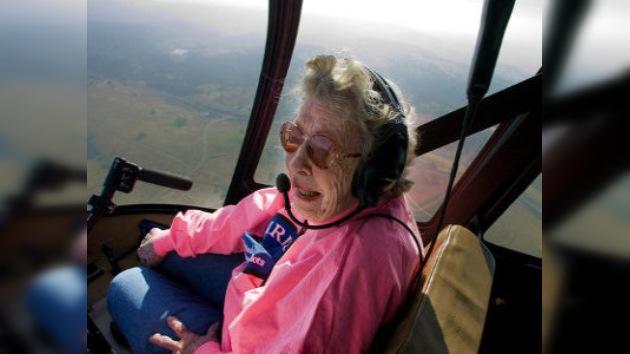 Una aviadora de 99 años pilotó un helicóptero