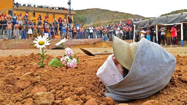 Video, fotos: Presos bolivianos se entierran vivos y escriben sus exigencias con sangre