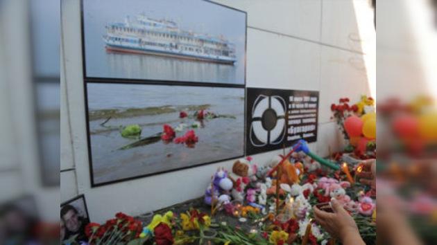 Día de luto por la tragedia en el Volga: ofrendas florales, peluches y lágrimas