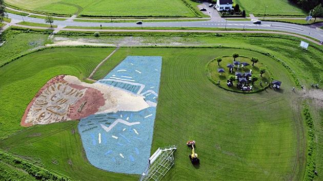 Rinden homenaje a Van Gogh con un retrato gigante en medio de la naturaleza