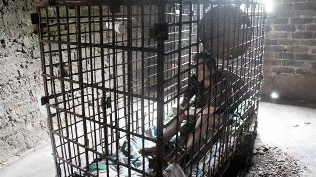 """Mujer china mantiene 11 años enjaulado a su hijo esquizofrénico para que """"no haga daño"""""""