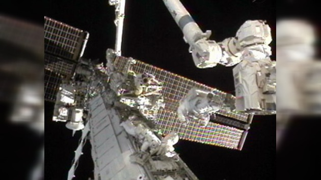 Los astronautas terminan con éxito su caminata espacial para reparar la EEI