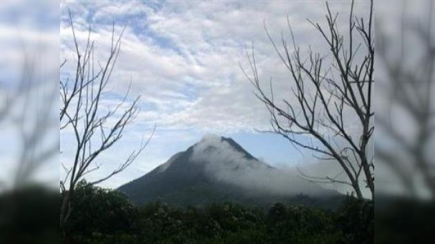 La isla indonesia de Sumatra está bajo alerta roja volcánica