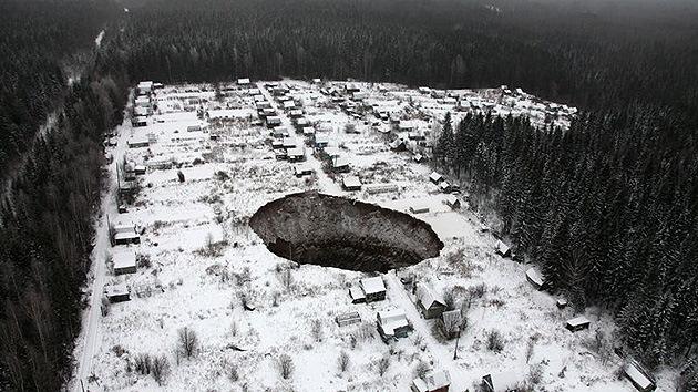 Fotos: Un enigmático cráter se traga una mina en Rusia y sigue creciendo
