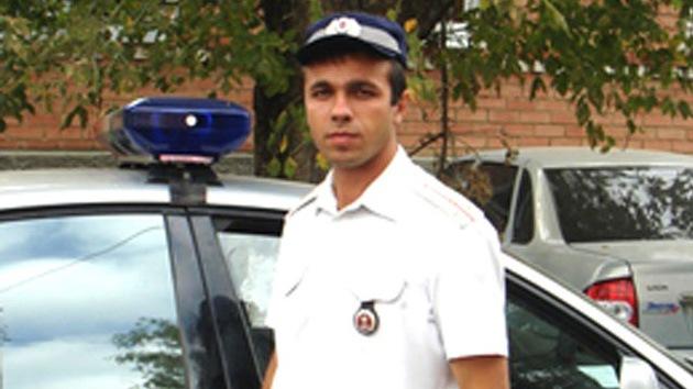 Un policía ruso salvó a una menor que se hundía en un río