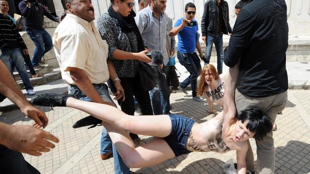 Túnez condena a activistas de Femen a cuatro meses de prisión por protestas en 'topless'