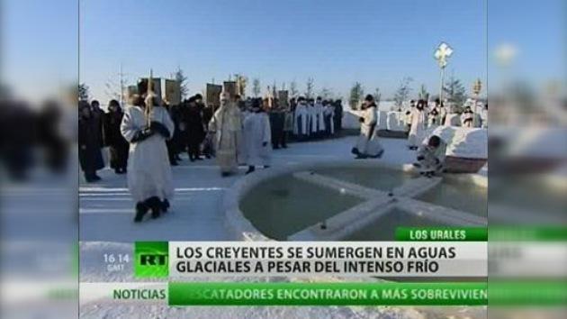 Los rusos celebran el bautismo con baños en aguas frías