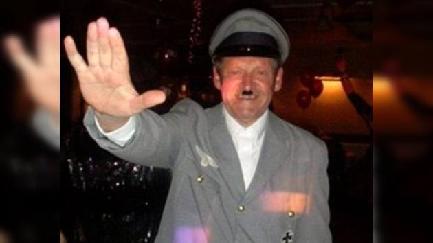 Un concejal británico es expulsado de su partido por disfrazarse de Hitler