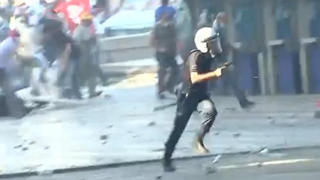 Video: Policía dispara su arma reglamentaria contra los manifestantes en Ankara