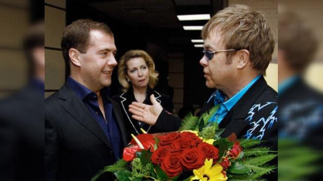 Dmitri Medvédev asistió al concierto de Elton John en Moscú