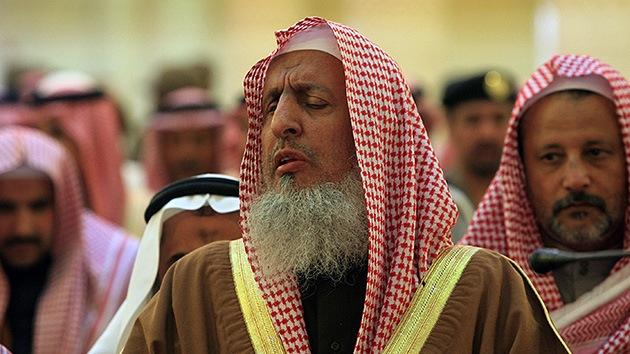 El gran muftí saudita prohíbe a los ciudadanos del país contactar con los medios occidentales
